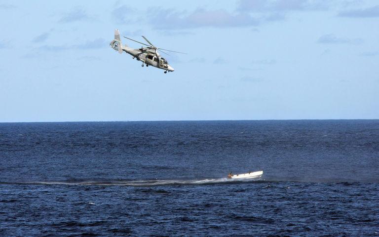 5014497_6_ba89_un-helicoptere-a-la-poursuite-d-un-bateau_2af94116a487bc28eb26df2c8576d250